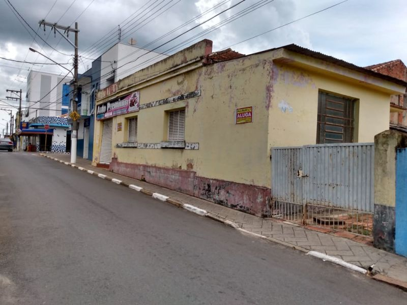 CASA COM PONTO NO CENTRO